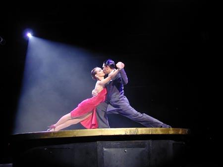 Considerado como uno de los bailes más sensuales, el tango nación en zonas portuarias para más tarde penetrar en la ciudad