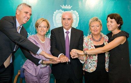 La diputada del Area de Turismo e Innovación de la Diputación de Sevilla, Dolores Bravo, ha participado en la firma del convenio para el programa 'Multiplica la Luz'