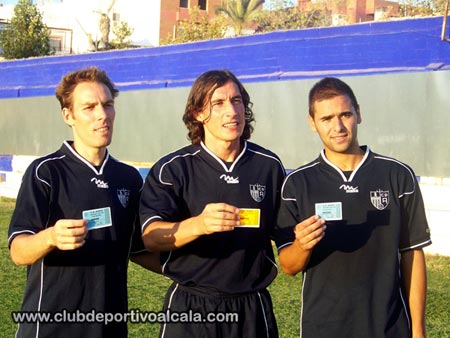 Los futbolistas alcalareños Gonzalo, Angel Luis y Blanco posan con el carnet de socio del Alcalá