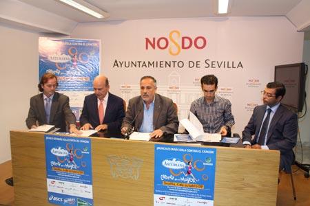 José Manuel García en el centro en compañíade los organizadores de la carrera y de los representantes de los patrocinadores de la misma
