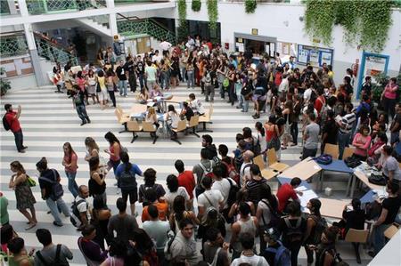 Algunos estudiantes se concentraron en Empresariales para apoyar a sus representantes en claustro en la petición de derogación del Artículo 27/ Foto: María Esquivel