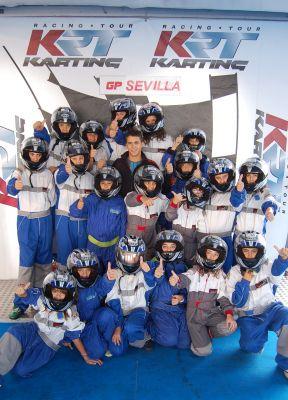El piloto Manu Bejarano junto a los alumnos del Ferrán Caballero