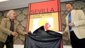 Carlos Saura, autor del cartel, y el alcalde de Sevilla,Alfredo Sánchez Monteseirín, en la presentación de imagen del festival el pasado mes de julio