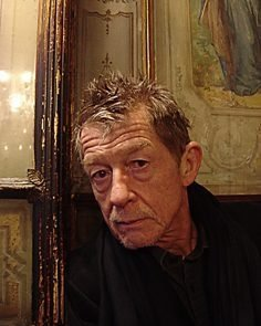 John Hurt, protagonista del film '44 inch chest'