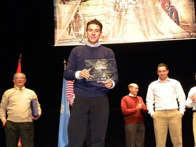 El ciclista del Club 'El Gallo' recoge su premio en la gala que se celebra anualmente en el Teatro Oriente.