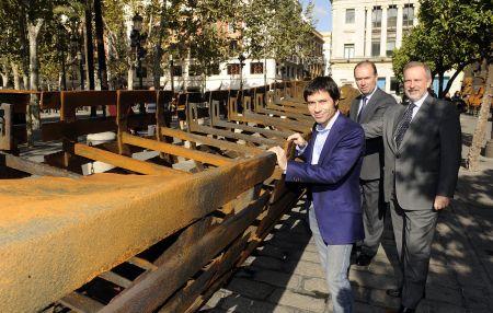 Mascaró y Felipe Faraguna, ante la gran barca de hierro