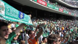 La afición pide en cada partido la marcha del máximo accionista y Pepe León defiende que