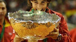Rafa Nadal muerde el trofeo de campeón de la Copa Davis/RFET