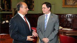 Joaquín Luque (derecha) convocó ayer un Consejo de Gobierno Extraordinario para el día 25 de enero
