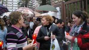 Los vecinos portaban velas para simbolizar la luz con la que se alumbran cuando se producen los cortes/Rocío Sánchez