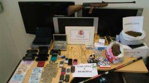 Se han intervenido 25 papelinas de cocaína, 14 de heroína, 658 gramos de marihuana, 2.248 euros, joyas, prendas de vestir y aparatos electrónicos