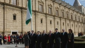 Fuensanta Coves y los expresidentes del Parlamento, en el momento de la interpretación del himno de Andalucía