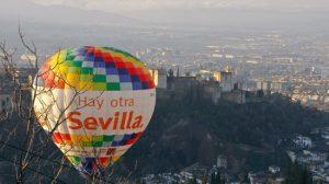 El globo promocional 'Hay otra Sevilla' sobrevuela la Alhambra de Granada/SA