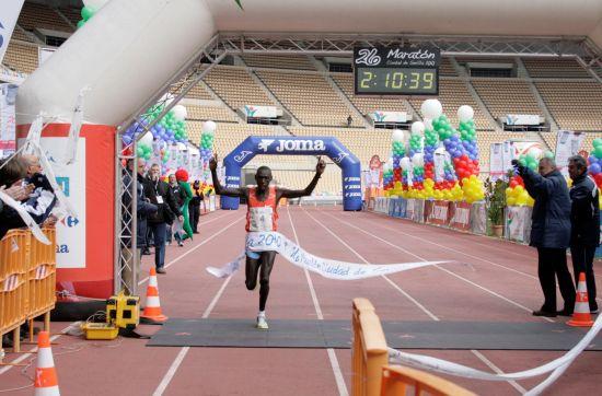 El keniata Philip Biwott, ganador de la XXVI Maratón, en su llegada a meta