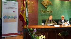 Braulio Medel, Presidente de Unicaja, junto al consejero de Deporte, Luciano Alonso, durante la presentación del informe