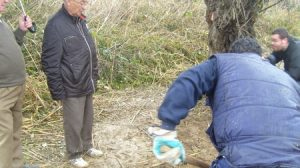 El abuelo de Marta el pasado día 10 en Camas, cuando la familia inició por su cuenta los trabajos de búsqueda de la menor/Alejandro Copete