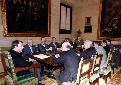 Los miembros de la Fundación Sevilla NODO y el alcalde de Sevilla, Alfredo Sánchez Monteseirín.