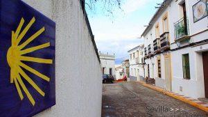 Azulejo con el emblema del Camino de Santiago en la Avenida de España de Castilblanco / Juan C. Romero