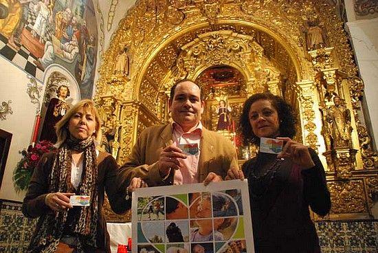 Pregonan con el ejemplo los hermanos de la Hermandad del Dulce Nombre de Jesús de Marchena, en la imagen con su carné de donantes / Sevilla Actualidad