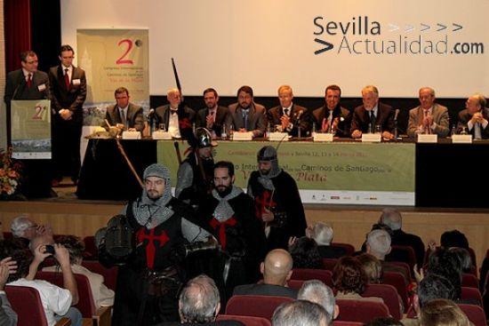 Guiño al pasado ayer en el Congreso Internacional con una representación de los Fratres de Cáceres, germen de la Orden de Santiago / Juan C. Romero