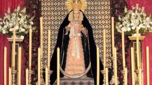 La Virgen de los Dolores en su Soledad permanece toda la jornada expuesta en devoto besamanos desde el altar mayor de la Parroquia de Castilblanco de los Arroyos / Juan C. Romero