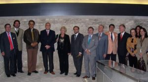Fotografía de Rosamar Prieto-Castro junto a los cónsules en la visita al Centro Temático /SA