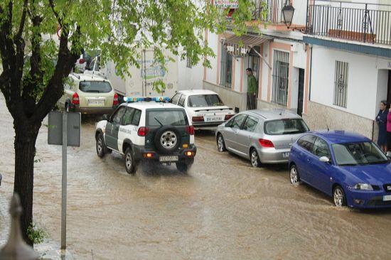 La tromba de agua movilizó  en Castilblanco de los Arroyos a efectivos de la Guardia Civil, Policía  Local y operarios municipales ante la anegación de calles y viviendas /  Juan C. Romero
