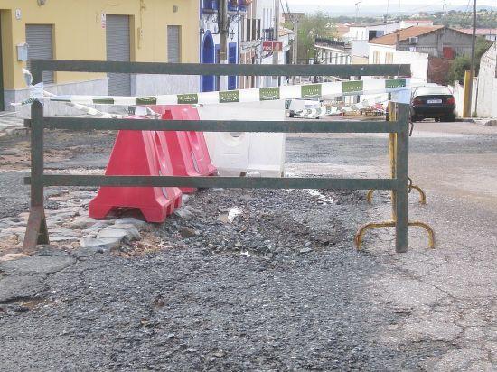 La tromba levantó el asfalto de algunas vías de Castilblanco, como el Callejón de la Mora / Juan C. Romero