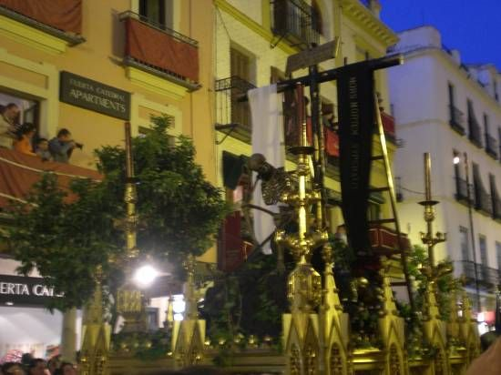 El paso alegórico de la Canina repsenta el triunfo de la Cruz/SA