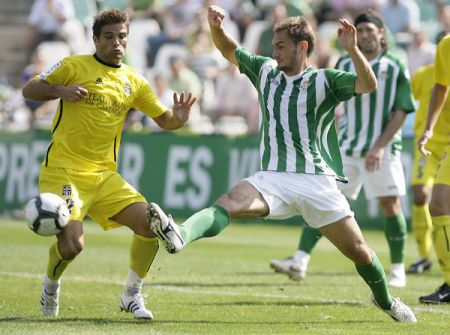 Carlos García disputa el balón en un partido