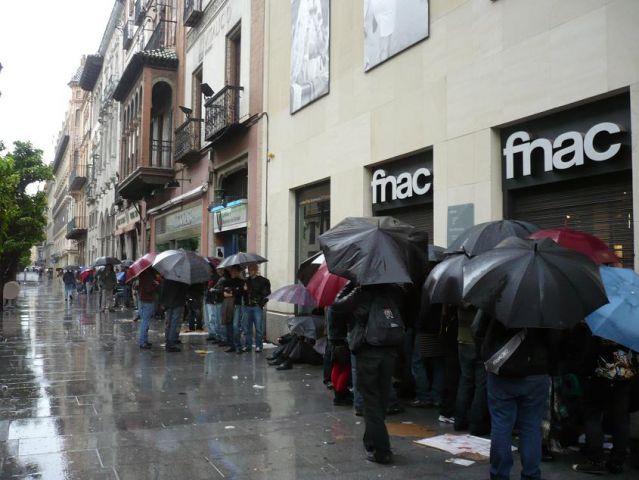 Más de 200 personas esperan esta mañana a las puertas de Fnac en Sevilla, para conseguir su entrada para AC/DC en el Olímpico/SA