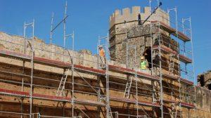 Obreros trabajando en el Frente Norte del Castillo de Alcalá de Guadaíra/ Sevilla Actualidad.