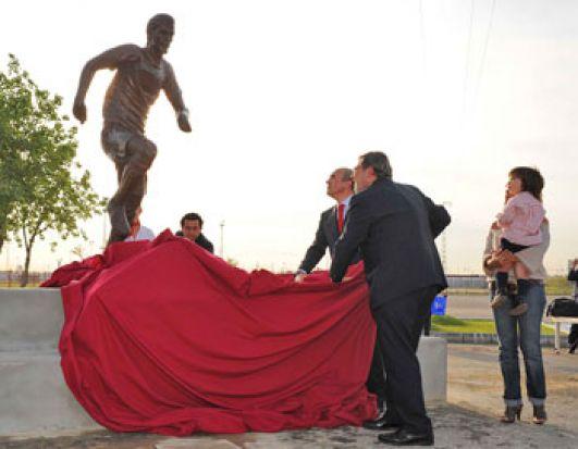 Del Nido y Jaime Lissavetski descubren la estatua de Antonio Puerta en presencia de la familia/SevillaFC