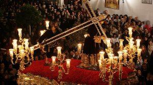 Simón Cirineo ayuda a Padre Jesús Nazareno a cargar su cruz el Viernes Santo en Olivares