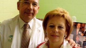 El doctor José Pérez Bernal junto a una de las primeras transplantadas con éxito en Sevilla / Eloína Calvete