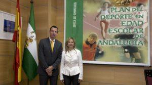 La directora general de Participación e Innovación Educativa, Aurelia Calzada, y el director general de Planificación y Promoción del Deporte, Ignacio Rodríguez, ayer en Málaga.
