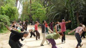 Grupo de personas haciendo Tai chi/ Sevilla Actualidad.
