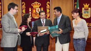 Ambos alcaldes se intercambiaron regalos tras la visita de la expedición italiana