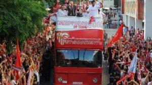 Los jugadores sevillistas celebrando el título copero con su afición / SevillaFC