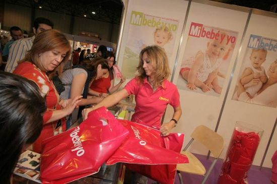 En la feria los padres pueden acudir a un taller de pañales o a un curso de primeros auxilios