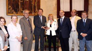 La viuda de Rafael Montesinos entregó al alcalde el pequeño busto del poeta