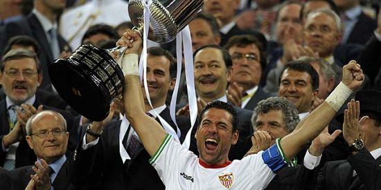 El capitán Andrés Palop recogiendo la Copa del Rey en la final del Camp Nou/SevillaFC