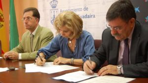 La teniente de alcalde del Ayuntamiento de Alcalá de Guadaíra (Sevilla), María José Borges, y el director comercial de MicroBank, Ramón Gatell