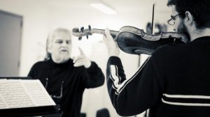 La Academia de Estudios Orquestales es un proyecto de la Fundación Pública Andaluza Barenboim-Said gracias al cual jóvenes aspirantes a instrumentistas de orquesta reciben clases y consejos de los profesores de la prestigiosa Staatskapelle de Berlín, orquesta que dirige el maestro Daniel Barenboim.