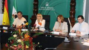 Carmen Tovar entre los responsables provinciales de CC.OO. UGT y el representante de la Confederación de Empresarios de Sevilla