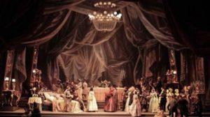 El tibio estreno –y las siguientes representaciones- en el Teatro de la Fenice de Venecia el 6 de marzo de 1853 no presagiaron el impacto posterior que el título llegaría a conquistar en el corazón del público. / teatromaestranza