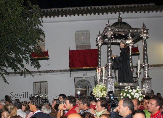 San Benito portado a hombros por la Avenida Antonio Machado de Castilblanco / Juan C. Romero