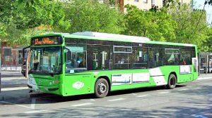 Un autobus urbano en pleno centro de la ciudad