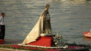 La Virgen del Carmen de Triana en su procesión fluvial del año pasado/ Jose Javier Comas