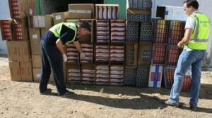 El detenido transportaba las cajetillas de tabaco en un furgón cargado de electrodomésticos